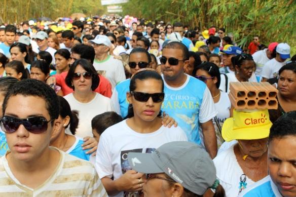 Multidão, óculos e tijolo - Círio de Nazaré Marabá - Foto Tiago Gambogi Copyright 2012 Projeto Trans-Amazônia